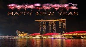 Chispa del fuego artificial de la Feliz Año Nuevo con la bahía del puerto deportivo en la noche, urbana Fotografía de archivo libre de regalías
