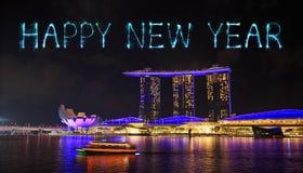 Chispa del fuego artificial de la Feliz Año Nuevo con la bahía del puerto deportivo en la noche, urbana Imagen de archivo