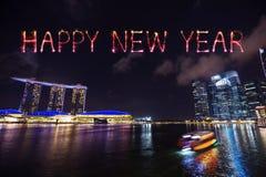 Chispa del fuego artificial de la Feliz Año Nuevo con la bahía del puerto deportivo en la noche, urbana Foto de archivo