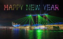 Chispa del fuego artificial de la Feliz Año Nuevo con la ciudad de Singapur en el ingenio de la noche Imagen de archivo libre de regalías