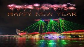 Chispa del fuego artificial de la Feliz Año Nuevo con la ciudad de Singapur en el ingenio de la noche Imagen de archivo