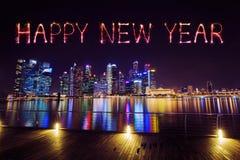 Chispa del fuego artificial de la Feliz Año Nuevo con el distrito financiero central b Fotos de archivo