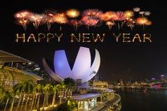 Chispa del fuego artificial de la Feliz Año Nuevo con el horizonte y Marin de Singapur Imagen de archivo libre de regalías