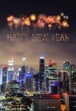 Chispa del fuego artificial de la Feliz Año Nuevo con el paisaje urbano de la ciudad de Singapur Fotografía de archivo