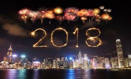 Chispa del fuego artificial de la Feliz Año Nuevo 2018 con el paisaje urbano de Hong Kong Fotos de archivo libres de regalías