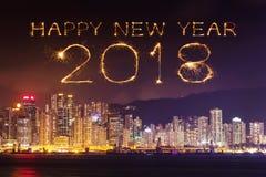 Chispa del fuego artificial de la Feliz Año Nuevo 2018 con el paisaje urbano de Hong Kong Fotografía de archivo libre de regalías
