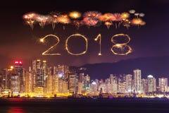Chispa del fuego artificial de la Feliz Año Nuevo 2018 con el paisaje urbano de Hong Kong Imagen de archivo