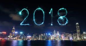 Chispa del fuego artificial de la Feliz Año Nuevo 2018 con el paisaje urbano de Hong Kong Imagenes de archivo