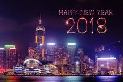 Chispa del fuego artificial de la Feliz Año Nuevo 2018 con el paisaje urbano de Hong Kong Imagen de archivo libre de regalías