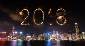 Chispa del fuego artificial de la Feliz Año Nuevo 2018 con el paisaje urbano de Hong Kong Foto de archivo libre de regalías