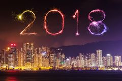 Chispa del fuego artificial de la Feliz Año Nuevo 2018 con el paisaje urbano de Hong Kong Fotos de archivo