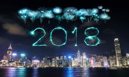Chispa del fuego artificial de la Feliz Año Nuevo 2018 con el paisaje urbano de Hong Kong Imágenes de archivo libres de regalías