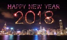 Chispa del fuego artificial de la Feliz Año Nuevo 2018 con el paisaje urbano de Hong Kong Fotografía de archivo