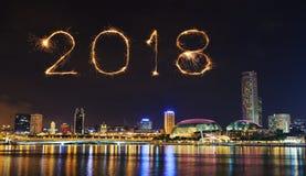 Chispa del fuego artificial de la Feliz Año Nuevo 2018 con el paisaje urbano de Singapur Imagen de archivo