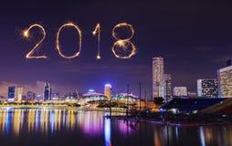 Chispa del fuego artificial de la Feliz Año Nuevo 2018 con el paisaje urbano de Singapur Fotos de archivo libres de regalías