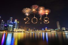 Chispa del fuego artificial de la Feliz Año Nuevo 2018 con el paisaje urbano de Singapur Imagenes de archivo