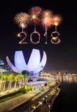 Chispa del fuego artificial de la Feliz Año Nuevo 2018 con el paisaje urbano de Singapur Fotos de archivo