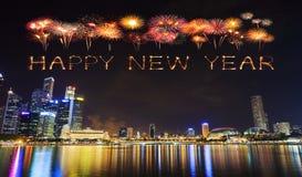 Chispa del fuego artificial de la Feliz Año Nuevo con el paisaje urbano de Singapur en n Fotografía de archivo