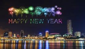 Chispa del fuego artificial de la Feliz Año Nuevo con el paisaje urbano de Singapur en n Imagen de archivo libre de regalías