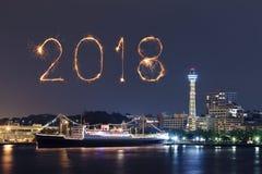 Chispa del fuego artificial de la Feliz Año Nuevo 2018 con el paisaje urbano de Yokohama, Ja Fotografía de archivo libre de regalías