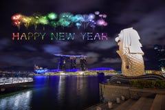Chispa del fuego artificial de la Feliz Año Nuevo con el parque de Merlion en Singapur c Foto de archivo libre de regalías