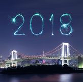 Chispa del fuego artificial de la Feliz Año Nuevo 2018 con el puente del arco iris, Tokio Foto de archivo