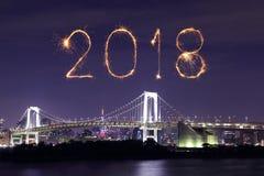 Chispa del fuego artificial de la Feliz Año Nuevo 2018 con el puente del arco iris, Tokio Fotografía de archivo libre de regalías