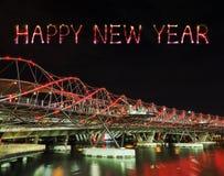 Chispa del fuego artificial de la Feliz Año Nuevo con el puente de la hélice en Singapur Foto de archivo