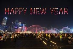 Chispa del fuego artificial de la Feliz Año Nuevo con los turistas en la arena de la bahía del puerto deportivo Foto de archivo