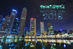 Chispa del fuego artificial de la Feliz Año Nuevo 2018 con la opinión del paisaje urbano Sing Fotografía de archivo