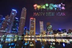 Chispa del fuego artificial de la Feliz Año Nuevo con la opinión del paisaje urbano de Singapur Foto de archivo libre de regalías
