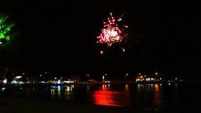 Chispas coloridas de la celebración de los fuegos artificiales almacen de video