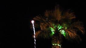Chispas coloridas de la celebración de los fuegos artificiales metrajes