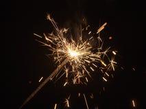 Chispas de la pirotecnia ardiente imagen de archivo libre de regalías