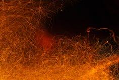 Chispas del fuego en un negro Fondo abstracto con las chispas del fuego Imagen de archivo libre de regalías