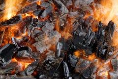Chispas que vuelan y carbón que brilla intensamente Imágenes de archivo libres de regalías