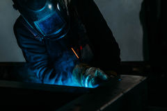 Chispea mientras que el soldador utiliza la antorcha a la soldadura Foto de archivo