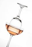 Chispeando el vino rosado en la composición del vidrio de la copa de vino y de cóctel creativa Foto de archivo libre de regalías