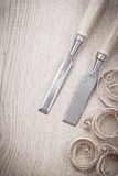 Chissels med shavings på det wood brädet Royaltyfria Foton