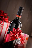 Chistmas礼物和酒瓶 库存照片