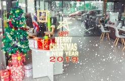 Chistmasboom vage achtergrond met giftdoos voor vrolijke christm stock afbeelding