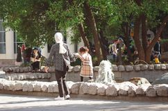 Chistoprudny大道在莫斯科 妈妈和女儿在喷泉附近走 库存照片