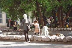 Chistoprudnyboulevard in Moskou Het mamma en de dochter lopen dichtbij de fontein stock foto
