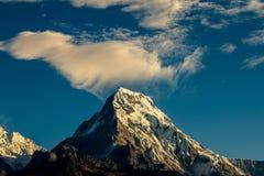 Chita da nuvem sobre a montagem Annapura Foto de Stock
