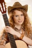 Chitarra abbracciante femminile attraente Fotografia Stock