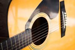 Chitarra acustica classica gialla di legno Immagine Stock Libera da Diritti