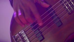 Chitarra acustica della sei-stringa L'uomo di colore gioca la chitarra Illuminazione del club Piano molto grande Macro fucilazion stock footage