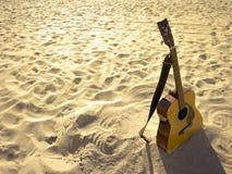Chitarra acustica della spiaggia piena di sole immagine stock libera da diritti