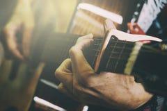 Chitarra acustica di gioco maschio adulta, stile d'annata dell'immagine aggiunto fotografia stock