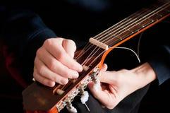 Chitarra acustica di Restring, fine su Fotografia Stock Libera da Diritti